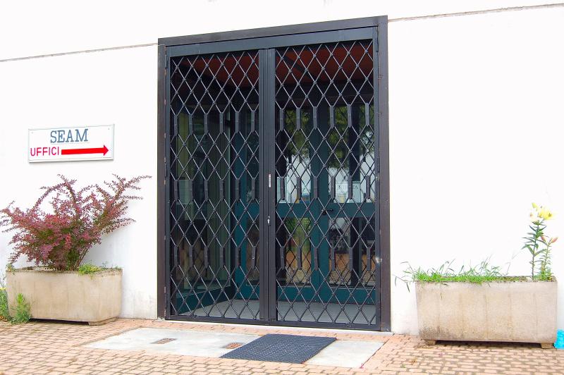 Inferriate estensibili di sicurezza spagnoli serrande firenze for Cancelli estensibili spagnoli